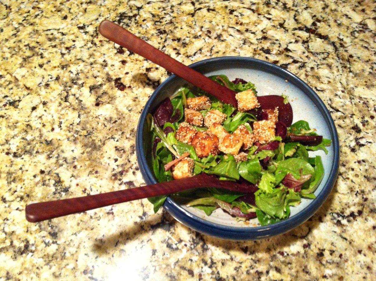 Salade verte et bouchées de tofu au sésame