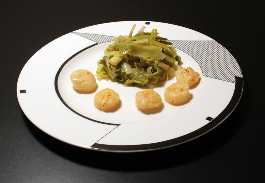 Coquilles St Jacques et fondue de poireaux au vin blanc – Scallops with leeks sautéed in white wine